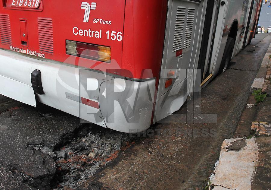 SÃO PAULO, SP, 18/01/2013, ONIBUS BURACO. Um troleibus caiu em um buraco aberto pela chuva que caiu na tarde dessa Sexta-feira (18) na Rua dos Trilhos no bairro da Mooca. Luiz Guarnieri/ Brazil Photo Press