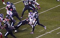 quarterback Carson Wentz (11) of the Philadelphia Eagles wirft einen Pass unter Druck von linebacker Markus Golden (44) of the New York Giants - 09.12.2019: Philadelphia Eagles vs. New York Giants, Monday Night Football, Lincoln Financial Field