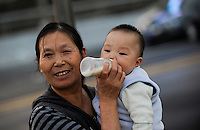 CHINA province Guangdong, city Guangzhou, mother with child / VR CHINA , Metropole Guangzhou Kanton, Mutter mit Kind
