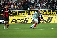 Christof Preufl (Eintracht Frankfurt) holt Mohamed Zidan (FSV Mainz 05) von den Beinen