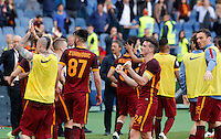 Calcio, Serie A: Lazio vs Roma. Roma, stadio Olimpico, 3 aprile 2016.<br /> Roma's Alessandro Florenzi, foreground, celebrates with teammates at the end of the Italian Serie A football match between Lazio and Roma at Rome's Olympic stadium, 3 April 2016. Roma won 4-1.<br /> UPDATE IMAGES PRESS/Riccardo De Luca