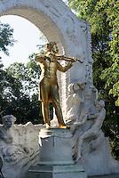 Denkmal von Walzerkönig Johann Strauss - Sohn im Stadtpark, Wien, Österreich, UNESCO-Weltkulturerbe<br /> Monument of Johann Strauss-son in the Stadtpark, Vienna, Austria, world heritage