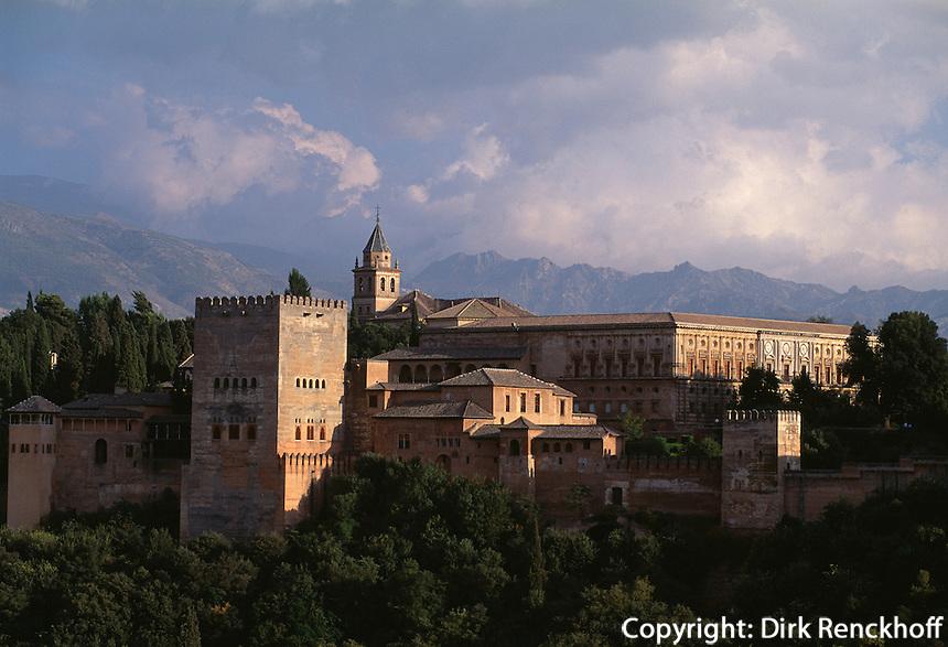 Blick vom Albaicin auf Alhambra in Granada erbaut im 15. Jh., Spanien, Andalusien, Unesco-Weltkulturerbe