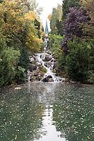 Berlino, quartiere Kreuzberg. La cascata e il laghetto al Viktoriapark, con sullo sfondo il Memoriale delle guerre di Liberazione --- Berlin, Kreuzberg district. The waterfall and pond at Viktoriapark, with the National monument for the Liberation Wars on the top