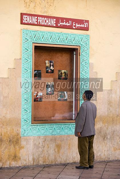 Afrique/Afrique du Nord/Maroc /Casablanca: contrastes culturel devant la façade art-déco du cinéma théatre le Rialto rue Med Qorri homme regardant les images d'un film