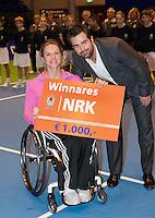 17-12-11, Netherlands, Rotterdam, Topsportcentrum, Rolstoel winnares Esther Vergeer met toernooi directeur Raemon Sluiter