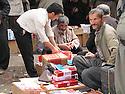 Iran 2004  Sanandaj: au marché les vendeurs de cigarettes de contrebande.<br /> Iran 2004.Sanandaj: selling smuggling cigarettes in the market<br /> ئیران 2004 ,بازاری سنه , ئه م که سه, جگه ره ی قاچاق ده فروشی
