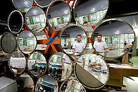 Airlight Energy, Biasca, concentratore multifaccia di poliestere aluminizzato. Ingegnere Andrea Pedretti responsabile tecnologia