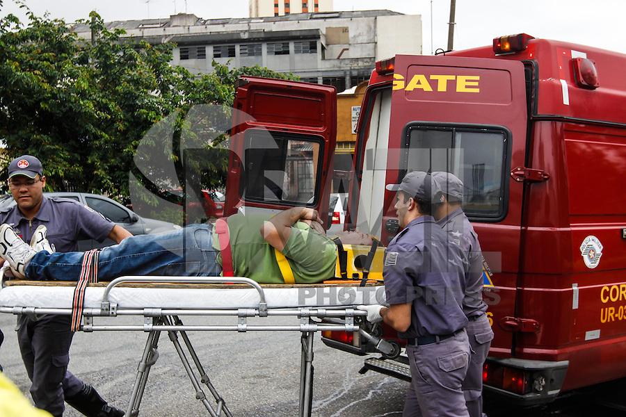 SAO PAULO, SP, 03 DE JANEIRO DE 2013 - TRANSITO - ACIDENTE AUTO X AUTO - Colisao de dois veiculos, na Rua da Mooca com a Rua Acre, um dos condutores ficou levemente ferido e foi atendido na Unidade de Resgate do Corpo de Bombeiros não sendo necessario encaminhamento ao Pronto Socorro nesta tarde de quinta-feira,(03), na regiao leste da capital paulista - FOTO WILLIAM VOLCOV - BRAZIL PHOTO PRESS