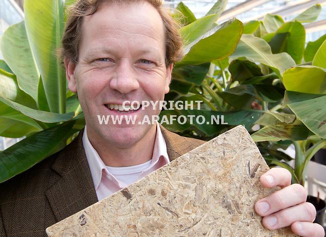 Wageningen 020512 Hein van Opstal partner /managing director Yellow Pallet met een stuk spaanplaat gemaakt van bananenbladeren .<br /> Foto Frans Ypma APA-foto