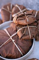 Europe/France/Midi-Pyrénées/46/Lot/Vallée de l'Alzou/Causse de Gramat/Gramat: Les cabecous de Rocamadour secs et pliés dans des feuilles de chataignier de Mme Pégourié (fromager-affineur)