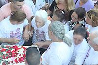 RIO DE JANEIRO, RJ, 28.04.2014 - VELORIO FABIOLA DA CUNHA PEIXOTO - <br /> Amigos e familiares se emocionam no velório da dentista Fabíola da Cunha Peixoto, de 24 anos, que foi assassinada a tiros na madrugada deste domingo, na Rua Eleotério Mota, em Olaria, na Zona Norte do Rio de Janeiro. Segundo os pais da vítima, o autor do homicídio seria o namorado dela, com quem se relacionava há cerca de 10 meses. O crime teria sido motivado por ciúmes. A jovem foi sepultada no Cemitério de Irajá, na Zona Norte. (Foto: Celso Barbosa / Brazil Photo Press).