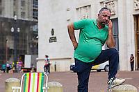 SÃO PAULO, SP, 30.06.2016 - PROTESTO-SP - Como forma de protesto, taxista está acorrentado há dois dias a um poste de luz em frente à Prefeitura de São Paulo, no Viaduto do Chá, nesta quarta-feira (29). O taxista, chamado Anselmo, promete permanecer no local até que uma comissão de motoristas de táxi seja recebida pelo prefeito Fernando Haddad (PT) para discutir a regulamentação de aplicativos de carona como o Uber. (Foto: Adailton Damasceno/Brazil Photo Press)