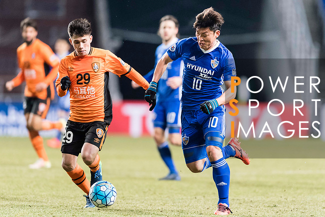 Ulsan Hyundai Forward Lee Jongho (R) fights for the ball with Brisbane Roar Midfielder Joe Caletti (L) during the AFC Champions League 2017 Group E match between Ulsan Hyundai FC (KOR) vs Brisbane Roar (AUS) at the Ulsan Munsu Football Stadium on 28 February 2017 in Ulsan, South Korea. Photo by Victor Fraile / Power Sport Images