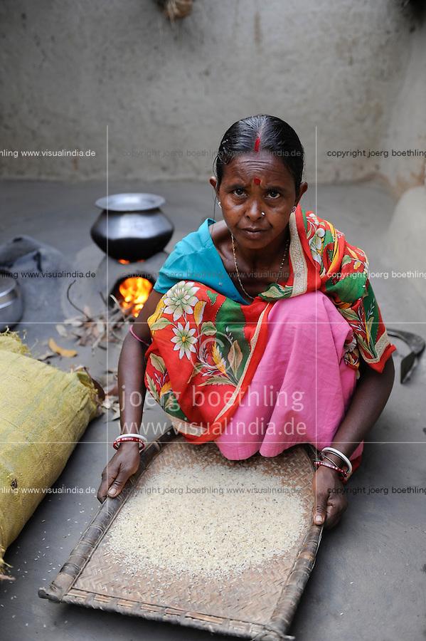 INDIA West Bengal, people prepare food in dalit village Kustora, woman cooks rice / INDIEN Westbengalen , Dalit Dorf Kustora , Frau kocht Reis