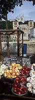 Europe/France/Rhône-Alpes/69/Rhone/Lyon: Marché sur les quais des Sane, l'église primatiale Saint-Jean (gothique) et la Basilique Notre-Dame-de-Fourviere (1896 Gothico-byzantine)