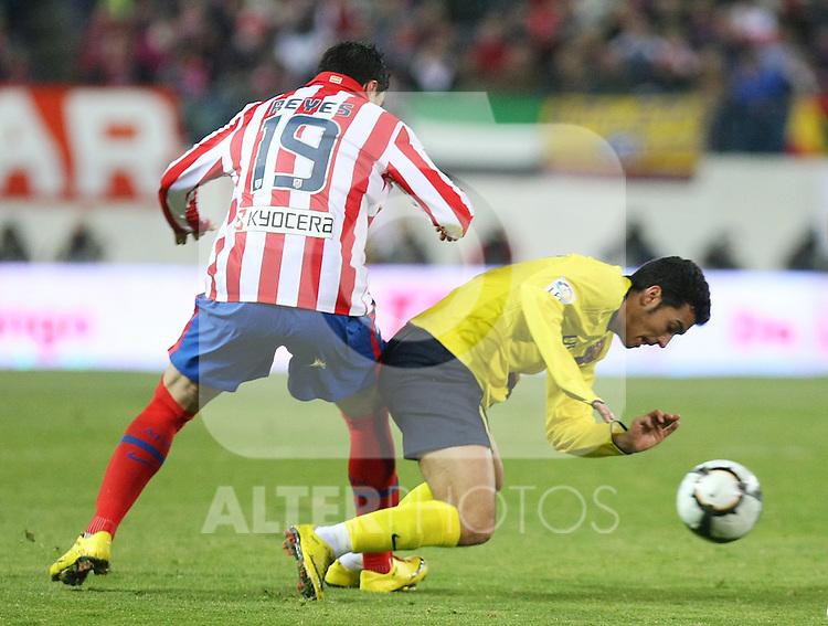 FC Barcelona's Pedro Rodriguez (r) and Atletico de Madrid's Jose Antonio Reyes during La Liga match.(ALTERPHOTOS/Acero)