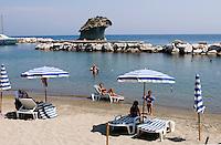 Steinpilz im Hafen von Lacco Ameno, Strand, Ischia, Italien