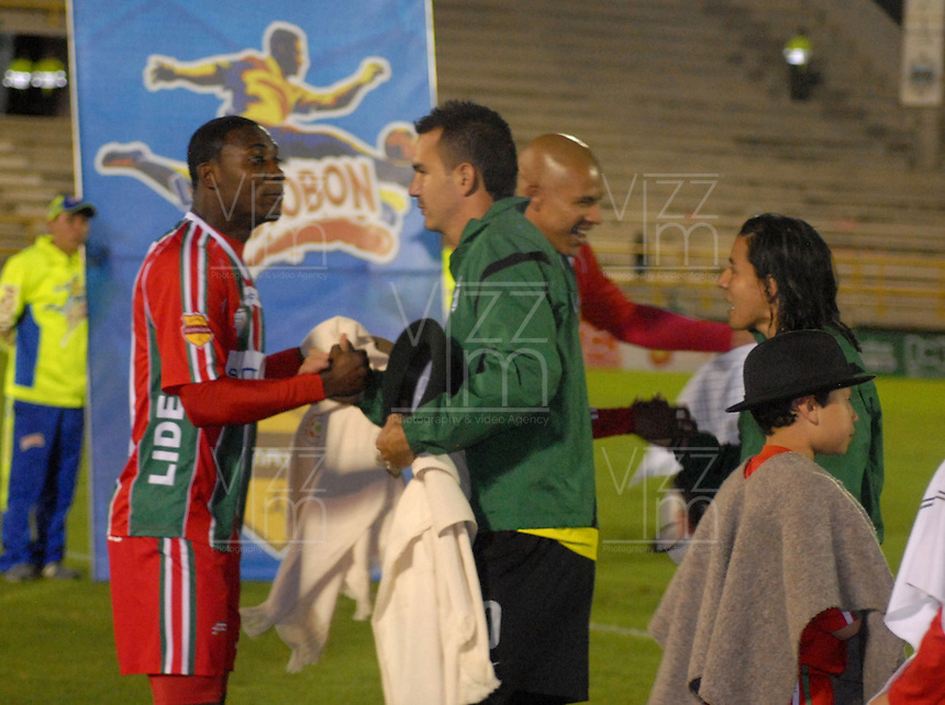 TUNJA  -COLOMBIA- 13-10--2013. Jugadores de Patriotas de Boyacá y Atlético Nacional ingresan portando ruanas y ponchos los cuales intercambiaron antes del encuentro. Juego correspondiente al partido entre los equipos Patriotas de Boyacá y Atlético Nacional de Medellín, juego de   la  Liga Postobón segundo semestre jugado en el estadio La Independencia.Nacional perdió su invicto de once fechas con Patriotas de Boyacá al caer uno por cero  / Patriots  Boyaca Players  and Atletico Nacional players  enter the field wearing Ponchos and Ruanas  whom exchanged before the game. Action game for the game between the Patriots team Boyaca and Atletico Nacional Medellin, game in the second half Postoebon League played at the stadium The Independencia.Nacional eleven lost his undefeated Patriots Boyaca dates to miss one zero.Photo: VizzorImage / Jose Miguel Palencia / Stringer