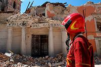 L'AQUILA / ABRUZZO - 11 LUGLIO 2009.UN VIGILE DEL FUOCO NEI PRESSI DEL PALAZZO DELLA PREFETTURA, UNO DEGLI EDIFICI DISTRUTTI DALLA SCOSSA TELLURICA DEL 6 APRILE E DIVENUTA UN'IMMAGINE SIMBOLO DEL TERREMOTO CHE HA COLPITO L'ABRUZZO.FOTO LIVIO SENIGALLIESI.<br /> L'AQUILA / ABRUZZO / ITALY 2009.<br /> BUILDINGS DEMAGED BY THE EARTHQUAKE.PHOTO LIVIO SENIGALLIESI