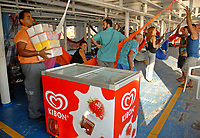 Funcionários da EBD, empresa Brasileira de Distribuição levam potes de sorvete para embarcar no navio de passageiros Bom Jesus levando o produto para Breves na Ilha do Marajó.<br /> Belém, Pará, Brasil<br /> Foto Paulo Santos/Interfoto<br /> 30/10/2008