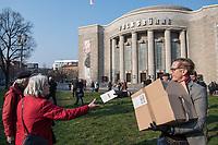 """Etwa 3 dutzend Menschen versuchten am Samstag den 28. Maerz 2020 in Berlin-Mitte, trotz einem allgemeinen Versammlungsverbot durch die Behoerden sich zu einer """"Hygienedemo"""" zu versammeln. Ihre Forderung war """"fuer unsere Verfassung, das Grundgesetz, sowie Transparenz, Pressefreiheit, Wahlen und vollstaendige Demokratie & Transparenz bei der Einsetzung neuer Wirtschaftsgesetze in Form einer """"Verfassung der Oekonomie"""".<br /> Es wurden Exemplare des Grundgesetz verteilt. Die Polizei forderte die Menschen auf sich zu zerstreuen und nach ca. 30 Minuten nahm sie von Menschen, die der Aufforderung nicht nachkamen die Personalien auf und erteilte Platzverweise.<br /> Aufgerufen zu der Aktion hatte eine Gruppe namens """"nichtohneuns.de"""".<br /> Im Bild: Ein Demonstrant verteilt Exemplare des Grundgesetz.<br /> 28.3.2020, Berlin<br /> Copyright: Christian-Ditsch.de<br /> [NUR FUER REDAKTIONELLE ZWECKE! Werbung nur auf Anfrage beim Fotografen. Inhaltsveraendernde Manipulation des Fotos nur nach ausdruecklicher Genehmigung des Fotografen. Vereinbarungen ueber Abtretung von Persoenlichkeitsrechten/Model Release der abgebildeten Person/Personen liegen nicht vor. NO MODEL RELEASE! Don't publish without copyright Christian-Ditsch.de, Veroeffentlichung nur mit Fotografennennung, sowie gegen Honorar, MwSt. und Beleg. Konto: I N G - D i B a, IBAN DE58500105175400192269, BIC INGDDEFFXXX, Kontakt: post@christian-ditsch.de<br /> Bei der Bearbeitung der Dateiinformationen darf die Urheberkennzeichnung in den EXIF- und  IPTC-Daten nicht entfernt werden, diese sind in digitalen Medien nach §95c UrhG rechtlich geschuetzt. Der Urhebervermerk wird gemaess §13 UrhG verlangt.]"""