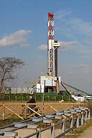 - SAIPEM oil well and drill at Trecate (Novara)....- pozzo di petrolio e trivella SAIPEM presso Trecate (Novara)