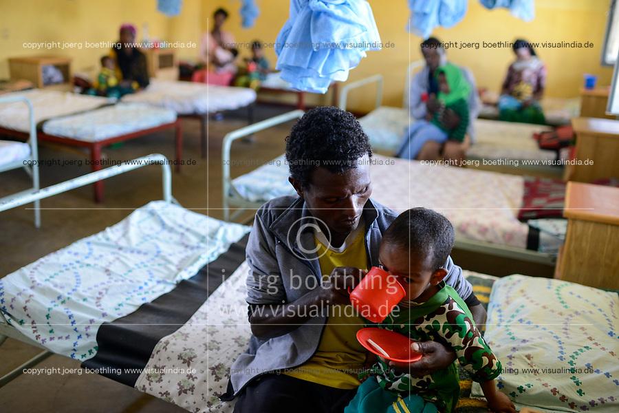 ETHIOPIA Taza Catholic Health Center , feeding of malnutrioned children / AETHIOPIEN Taza Catholic Health Center, Ernaehrung von unterernaehrten Kindern, <br /> Junge Asnafe Tamrite und seinem Vater Tamrite Surage