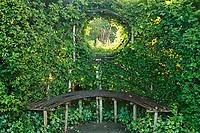 Les jardins du prieuré d'Orsan : banc tressé et fenêtre le long d'une charmille<br /> <br /> Mention obligatoire du nom du jardin et pas d'usage publicitaire sans autorisation préalable.
