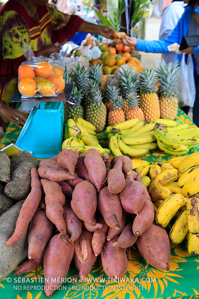 Etalage de fruits et légumes locaux sur un marché, Nouvelle-Calédonie