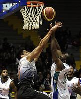 BOGOTA -COLOMBIA, 12 -OCTUBRE-2014. Heberth Bayona   (Izq) de Piratas  en accion  con Cesar Cortes de Cimarrones durante partido por   La Liga  Directv de Baloncesto 2014-II , segundo encuentro de los playoffs en su cuarta version  , Piratas se impuso 87 a 72 a Cimarrones  igualando la serie, partido  jugado en el coliseo El Salitre . / Heberth Bayona  of Piratas (L) in action with  Cesar Cortes of Cimarrones  during game for The Directv Basketball League 2014-II, second game of the playoffs in its fourth version matching the series, Pirates won  87 to 72 to Cimarrones, played in coliseum El Salitre.Photo:VizzorImage / Felipe Caicedo / Staff