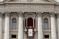 "Papa Francesco pronuncia il messaggio ""Urbi et Orbi"" (alla città e al mondo) dalla loggia centrale della Basilica di San Pietro. Città del Vatican, 1 aprile 2018. <br /> Pope Francis delivers his ""Urbi et Orbi"" (to the city and the world) message from the central loggia overlooking St. Peter's Square at the Vatican, on April 1, 2018.<br /> UPDATE IMAGES PRESS/Isabella Bonotto<br /> <br /> STRICTLY ONLY FOR EDITORIAL USE"