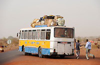 MALI, Djenne - young people travel by Bus to Bamako - migration from rural to urban areas / Djenné , Jugendliche reisen in die Hauptstadt Bamako - Landflucht