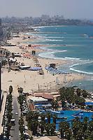 Asie/Israel/Tel-Aviv-Jaffa: la plage et le front de mer vu depuis la terrasse de l'Hotel Hilton - Parc de l'Indépendance. En fond la vieille ville de Jaffa