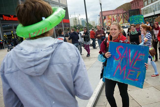"""Flashmob fuer Fluechtlinge in Berlin.<br /> Am Samstag den 23. Juli 2011 protestierten etwa 40 Personen auf dem Berliner Alexanderplatz mit einem Flashmob fuer die Aufnahme von schutzbeduerftigen Fluechtlingen in Deutschland.<br /> Die """"Save me""""-Kampagne hatte zu dem Flashmob in Berlin und anderen Staedten aufgerufen, um auf die Situation von Fluechtlingen in Nordafrika und dem Nahen<br /> Osten aufmerksam zu machen und ihre Aufnahme in Deutschland zu verlangen.<br /> 23.7.2011, Berlin<br /> Copyright: Christian-Ditsch.de<br /> [Inhaltsveraendernde Manipulation des Fotos nur nach ausdruecklicher Genehmigung des Fotografen. Vereinbarungen ueber Abtretung von Persoenlichkeitsrechten/Model Release der abgebildeten Person/Personen liegen nicht vor. NO MODEL RELEASE! Nur fuer Redaktionelle Zwecke. Don't publish without copyright Christian-Ditsch.de, Veroeffentlichung nur mit Fotografennennung, sowie gegen Honorar, MwSt. und Beleg. Konto: I N G - D i B a, IBAN DE58500105175400192269, BIC INGDDEFFXXX, Kontakt: post@christian-ditsch.de<br /> Bei der Bearbeitung der Dateiinformationen darf die Urheberkennzeichnung in den EXIF- und  IPTC-Daten nicht entfernt werden, diese sind in digitalen Medien nach §95c UrhG rechtlich geschuetzt. Der Urhebervermerk wird gemaess §13 UrhG verlangt.]"""