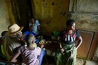 TANSANIA, Tarime Distrikt, Dorf Nyakunguru an der Acacia Gold Mine, Mary Mugesi Chacha, 40 Jahre, lebt mit ihrer Familie an der Goldmine
