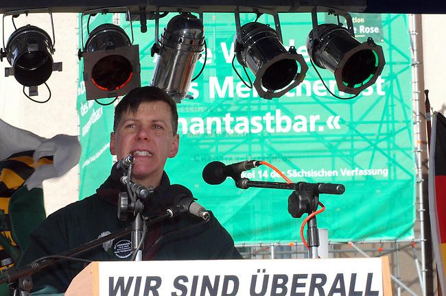 """Neonazis demonstrierten anlaesslich des 60. Jahrestages der Bombardierung Dresdens<br /> Ca. 5000 Neonazis und Rechtsextremisten (Polizeiangangaben) demonstrierten am Sonntag den 13. Februar 2005 in Dresden aus Anlsass des 60. Jahrestages der Bombardierung Elbmetropole.<br /> Aufgerufen hatte die sogenannte """"Junge Landsmannschaft Ostpreussen"""" (JLO), die Demonstration wurde jedoch bestimmt durch die neofaschistische NPD. Die Landtagsfraktion der saechsischen NPD hatte die Schirmherrschaft fuer die Demonstration uebernommen.<br /> Hier: Der selbsternannte """"Bewegungsbarde"""" und Neonazi Frank Rennecke.<br /> 13.2.2005, Dresden<br /> Copyright: Christian-Ditsch.de<br /> [Inhaltsveraendernde Manipulation des Fotos nur nach ausdruecklicher Genehmigung des Fotografen. Vereinbarungen ueber Abtretung von Persoenlichkeitsrechten/Model Release der abgebildeten Person/Personen liegen nicht vor. NO MODEL RELEASE! Nur fuer Redaktionelle Zwecke. Don't publish without copyright Christian-Ditsch.de, Veroeffentlichung nur mit Fotografennennung, sowie gegen Honorar, MwSt. und Beleg. Konto: I N G - D i B a, IBAN DE58500105175400192269, BIC INGDDEFFXXX, Kontakt: post@christian-ditsch.de<br /> Bei der Bearbeitung der Dateiinformationen darf die Urheberkennzeichnung in den EXIF- und  IPTC-Daten nicht entfernt werden, diese sind in digitalen Medien nach §95c UrhG rechtlich geschuetzt. Der Urhebervermerk wird gemaess §13 UrhG verlangt.]"""