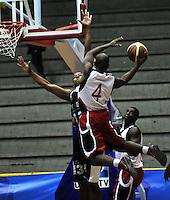 BOGOTA - COLOMBIA - 26-02-2013: Daniel Fuentes (Izq.) de Piratas de Bogotá, disputa el balón con Andrés Mosaquera (Der.) de Halcones de Cúcuta, febrero 26 de 2013. Piratas y Halcones en cuarta fecha de  la Liga Directv Profesional de baloncesto en partido jugado en el Coliseo El Salitre. (Foto: VizzorImage / Luis Ramírez / Staff). Daniel Fuentes (L) of Piratas from Bogota, fights for the ball with Andrés Mosquera (R) of Halcones from Cucuta, February 26, 2013. Pirates and Halcones in the fourth match the Directv Professional League basketball, game at the Coliseum El Salitre. (Photo: VizzorImage / Luis Ramirez / Staff). .