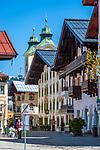 Oesterreich, Tirol, St. Johann in Tirol: Speckbacherstrasse mit Dekanatspfarrkirche Maria Himmelfahrt am Hauptplatz im Hintergrund   Austria, Tyrol, St Johann in Tyrol: centre, Speckbacher street and church Maria Ascention at main square