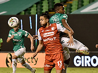PALMIRA - COLOMBIA, 19-10-2020: Darwin Andrade del Cali disputa el balón con Kelvin Osorio del Santa Fe durante partido entre Deportivo Cali e Independiente Santa Fe por la fecha 15 de la Liga BetPlay DIMAYOR I 2020 jugado en el estadio Deportivo Cali de la ciudad de Palmira. / Darwin Andrade of Cali vies for the ball with Kelvin Osorio of Santa Fe during match between Deportivo Cali and Independiente Santa Fe for the date 15 as part of BetPlay DIMAYOR League I 2020 played at Deportivo Cali stadium in Palmira city.  Photo: VizzorImage / Gabriel Aponte / Staff