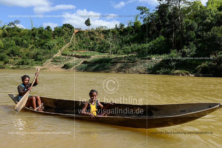MADAGASCAR, region Manajary, town Vohilava, small scale gold mining, children panning for gold at river / MADAGASKAR Mananjary, Vohilava, kleingewerblicher Goldabbau, Kinder waschen Gold am Fluss ANDRANGARANGA, Maedchen SARA12 Jahre im Boot rechts