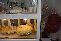 Afrique/Afrique du Nord/Maroc/Fèz: Médina de Fèz-El-Bali  - Harcha pain plat à la semoule de blé dans un petit restaurant