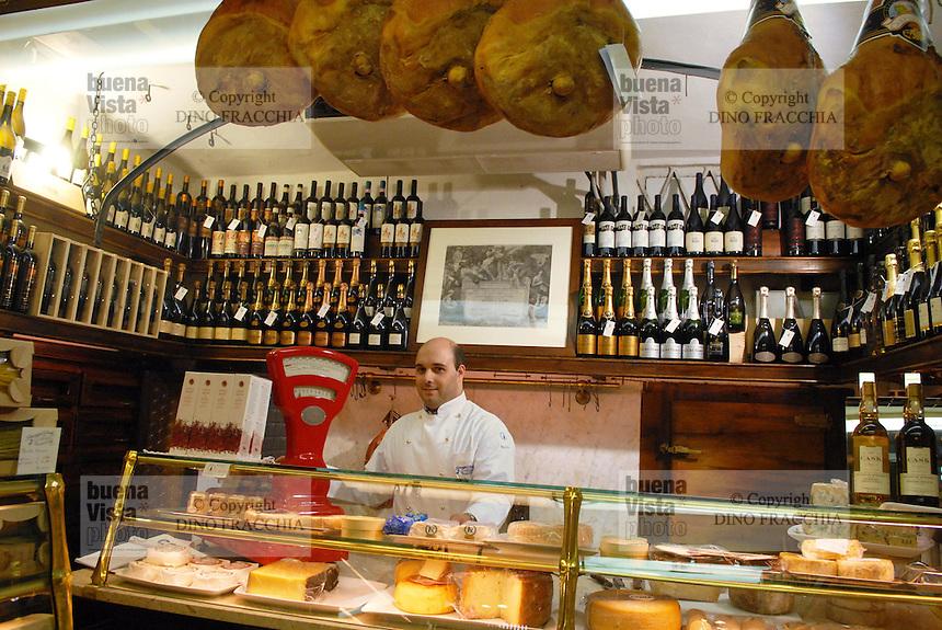 - inside of Giusti delicatessen....- interno della salumeria Giusti