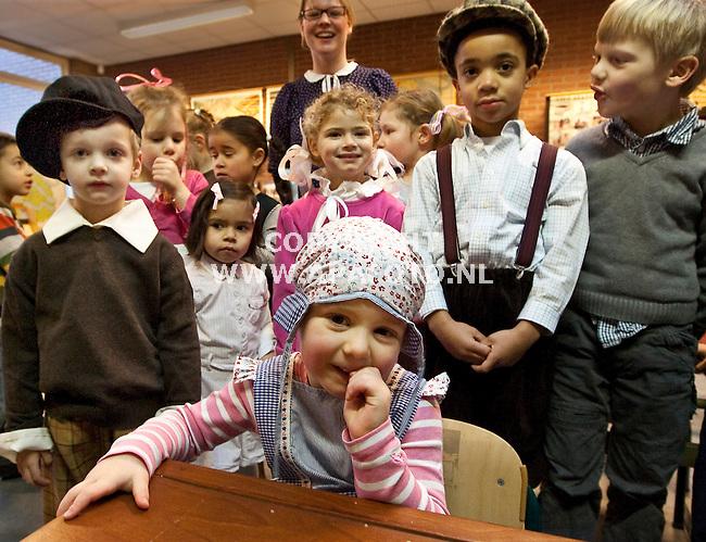 Nijmegen, 210109<br /> De vier jaar jongen Myrthe van kleutergroep 1/2c van juf Renske de Jong is een van de leerlingen van basisschool de Klokkenberg die vandaag verkleed op school kwam. Vanwege het 165-jarig bestaan van de school  kwamen de driehonderd leerlingen verkleed in de stijl van Ot en Sien en Ciske de Rat.<br /> Foto Sjef Prins - APA Foto