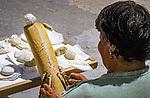 Malta, Insel Gozo, Xlendi: Frau bei Kloeppelarbeiten | Malta, Island Gozo, Xlendi: woman at tatting works