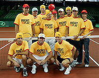 6-2-06, Netherlands, Amsterdam, Daviscup, first round, Netherlands-Russia, training Team in righttoplay shirts and hats