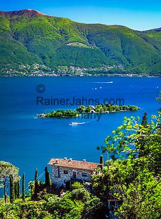 Schweiz, Tessin, Blick von Ronco sopra Ascona auf die Inseln Isole di Brissago mit Villa und Botanischem Garten im Lago Maggiore   Switzerland, Ticino, view from Ronco sopra Ascona at Isole di Brissago with Villa and Botanical Garden at Lago Maggiore