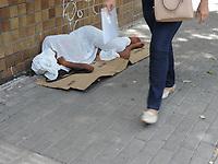 Recife (PE), 08/04/2021 - Crise-Recife - Moradores de rua e pedintes no bairro Boa Vista no centro de Recife, nesta quinta-feira (08). A pandemia da covid-19 levou ao aumento dos índices de pobreza e de pobreza extrema na América Latina.