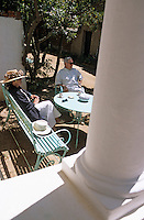 """Europe/Provence-Alpes-Côte d'Azur/83/Var/Ile d'Hyères/Ile de Port-Cros: Pierre Buffet propriétaire de l'hôtel """"Le Manoir"""" et son épouse [Non destiné à un usage publicitaire - Not intended for an advertising use]"""