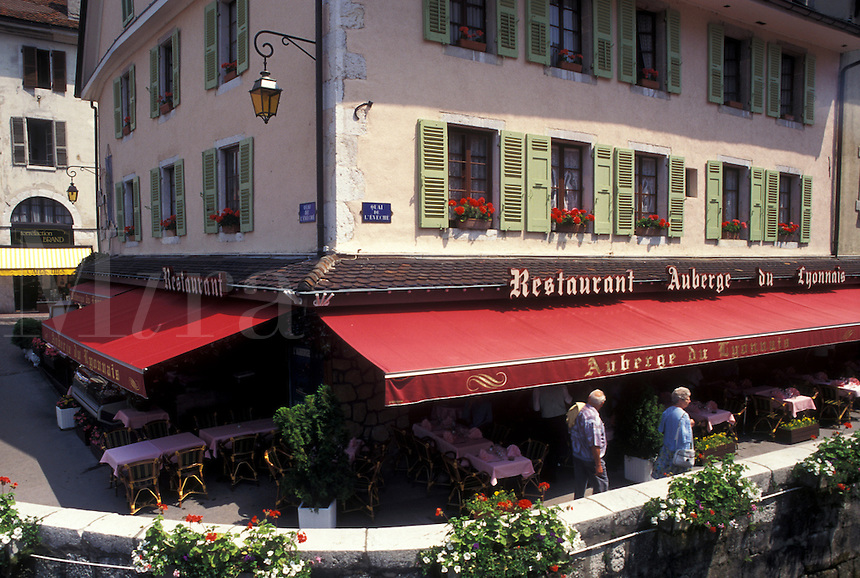 France, Annecy, outdoor café, Haute-Savoie, Rhone-Alpes, Europe, Outdoor cafes along the Thiou canal in the old town of Annecy.